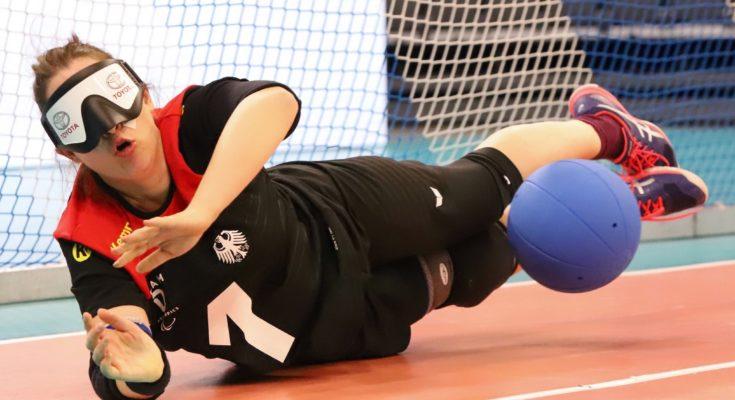 Annkathrin Denker wehrt einen Ball ab bei der Europameisterschaft 2019 in Rostock