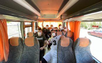 Die Deutschen Spieler sitzen nach einem gewonnenen Spiel im Shuttle-Bus