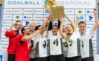 Die SSG Blista Marburg reißt den Pokal in die Höhe nach dem überraschenden Erfolg. Foto: Binh Truong / AktivGOAL
